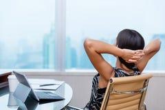 Trabajo de relajación de la mujer de negocios en el escritorio de oficina foto de archivo libre de regalías