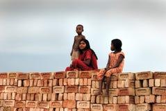 Trabajo del adolescente en brick-field Imagen de archivo libre de regalías