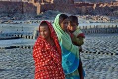 Trabajo del adolescente en Ladrillo-campo indio Imagen de archivo libre de regalías
