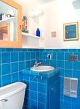 Trabajo del azulejo de la turquesa en un cuarto de baño imágenes de archivo libres de regalías