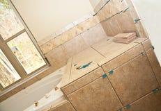 Trabajo del azulejo en nuevo baño Imagen de archivo libre de regalías