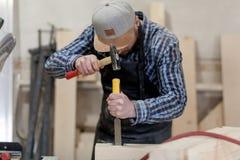 Trabajo del carpintero con de madera foto de archivo libre de regalías