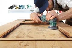 Trabajo del carpintero la madera con la chorreadora imagen de archivo libre de regalías