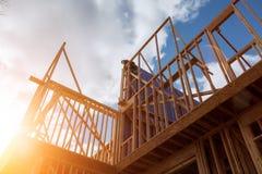 trabajo del constructor con el marco de edificio de madera de la construcción de madera del tejado imagen de archivo
