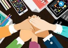 Trabajo del contacto de la mano del hombre de negocios del vector para alcanzar éxito en una tableta móvil para comunicar junto d Fotografía de archivo libre de regalías