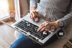 Trabajo del desarrollador de software de la codificación con los iconos aumentados del ordenador del tablero de instrumentos de l imágenes de archivo libres de regalías
