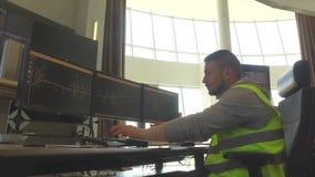 Trabajo del despachador del servicio del camino con el ordenador dentro de la sala de control moderna almacen de metraje de vídeo