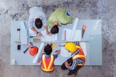 Trabajo del equipo de la construcción, ellos ` con referencia a hablar del nuevo proyecto, v superior
