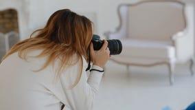 Trabajo del fotógrafo con el modelo en estudio backstage metrajes