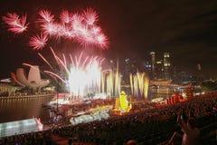 Trabajo del fuego del Año Nuevo en el frente de la bahía del puerto deportivo Fotos de archivo