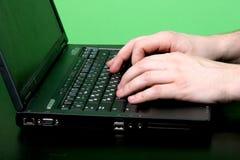 Trabajo del hombre con la computadora portátil Fotos de archivo libres de regalías