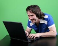 Trabajo del hombre con la computadora portátil Fotografía de archivo libre de regalías