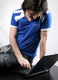 Trabajo del hombre con la computadora portátil Foto de archivo