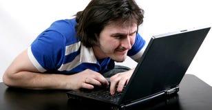 Trabajo del hombre con la computadora portátil Fotos de archivo