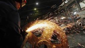 Trabajo del hombre con la fábrica de proceso del metal chispas almacen de video
