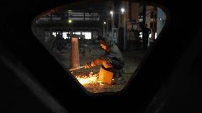 Trabajo del hombre con la fábrica de proceso del metal chispas metrajes