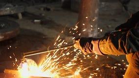 Trabajo del hombre con la fábrica de proceso del metal chispas almacen de metraje de vídeo