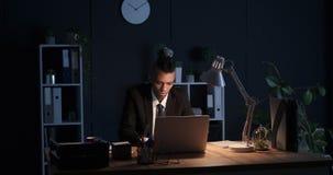 Trabajo del hombre de negocios de última hora en la oficina