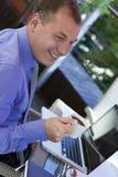 Trabajo del hombre de negocios al aire libre, con la computadora portátil Imagenes de archivo