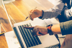 Trabajo del hombre de negocios del equipo trabajo con el ordenador portátil en oficina del espacio abierto Fotografía de archivo libre de regalías