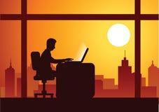 Trabajo del hombre de negocios en horas extras difícilmente con el ordenador portátil para terminar el suyo trabajo ilustración del vector