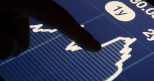 trabajo del hombre de negocios 4k sobre la tableta con los diagramas, gráficos circulares conmovedores de las finanzas del finger