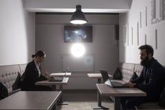 Trabajo del hombre de negocios y de la empresaria con los ordenadores portátiles; teamwo del negocio Fotografía de archivo libre de regalías