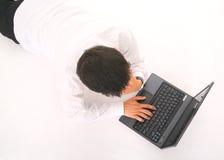 Trabajo del hombre joven sobre la computadora portátil Fotos de archivo libres de regalías
