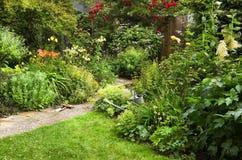 Trabajo del jardín el mañana del verano Fotos de archivo libres de regalías