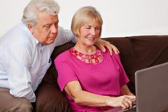 Trabajo del marido y de la esposa sobre el ordenador Foto de archivo libre de regalías