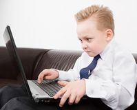 Trabajo del muchacho sobre el ordenador Imagen de archivo libre de regalías