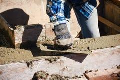 Trabajo del muro de cemento del acabamiento Foto de archivo libre de regalías