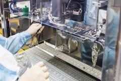 Trabajo del operador sobre industria farmacéutica de la infusión Fotografía de archivo