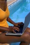 Trabajo del ordenador en la piscina 1 Foto de archivo libre de regalías