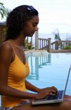 Trabajo del ordenador en la piscina 3 Fotos de archivo libres de regalías