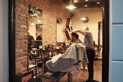 Trabajo del peluquero fotos de archivo libres de regalías