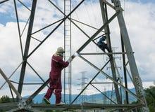 Trabajo del soldador en el alto polo de alto voltaje eléctrico 230 kilovoltios Imagen de archivo