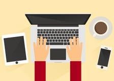 Trabajo delante de un ordenador portátil 2 Fotografía de archivo libre de regalías