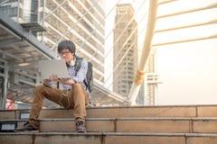 Trabajo digital asiático joven del hombre del nómada al aire libre Fotos de archivo libres de regalías
