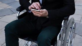 Trabajo discapacitado masculino con el teléfono móvil almacen de metraje de vídeo