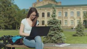 Trabajo dormido descendente femenino con exceso de trabajo en el ordenador port?til almacen de metraje de vídeo