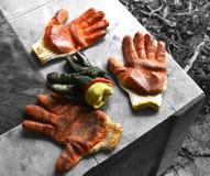 Trabajo duro de trabajo de los guantes Fotos de archivo libres de regalías