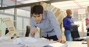 Trabajo ejecutivo en modelo arquitectónico en la oficina 4k almacen de metraje de vídeo