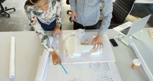 Trabajo ejecutivo en modelo arquitectónico en la oficina 4k almacen de video