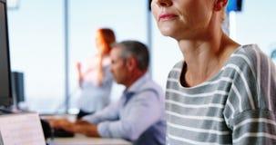 Trabajo ejecutivo femenino en el escritorio