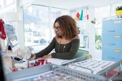 Trabajo ejecutivo femenino en el escritorio Foto de archivo libre de regalías