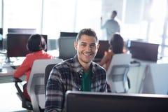 Trabajo ejecutivo masculino en de computadora personal en oficina imágenes de archivo libres de regalías