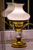 Trabajo eléctrico exquisito, elegante del vintage de la lámpara de mesa sobre el windo Foto de archivo