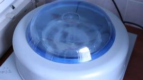 Trabajo en el laboratorio Experimentos químicos Trabajo con la centrifugadora almacen de video