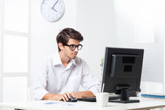 Trabajo en el ordenador en oficina Fotos de archivo